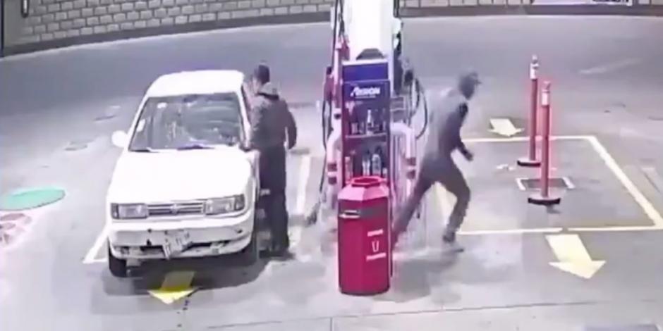 LaDeRojo-Así-fue-el-asalto-a-la-gasolinera-Max-Fuel-en-la-141-poniente-19-Sur.-El-despachador-y-el-cliente-fueron-despojados-de-sus-pertenencias-