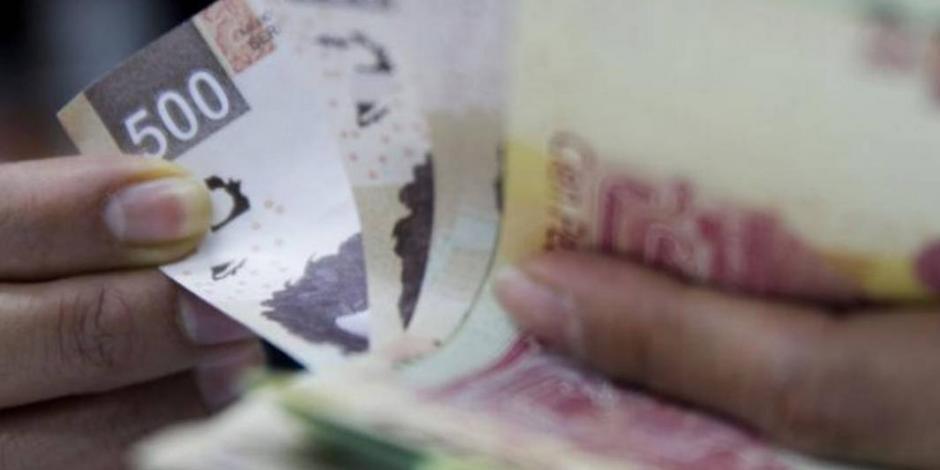 Peso pierde 0.14%; dólar interbancario roza los 24 pesos por unidad