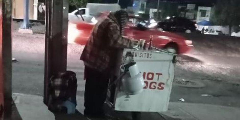 Abuelito no vendía ni un hot dog, lo viralizan y ahora le llueven clientes