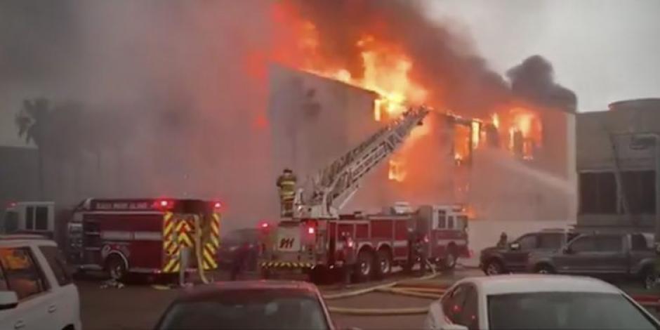 IdeaNoticias️-Sociedad-Se-incendia-condominio-de-departamentos-en-la-Isla-del-Padre-Texas-Estados-Unidos.-Apuntan-que-las-causas-del-incendio