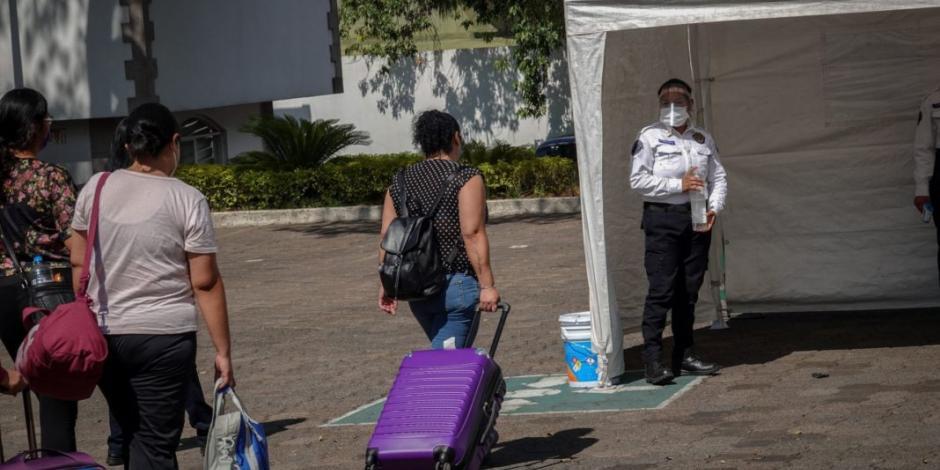 Personal médico llega a Los Pinos para hospedarse durante emergencia
