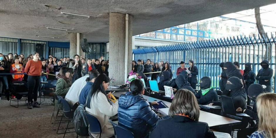 Dialogan alumnas de la FFyL con autoridades por violencia de género