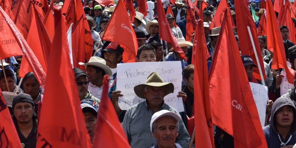 Marchan antorchistas a Toluca en apoyo a su líder