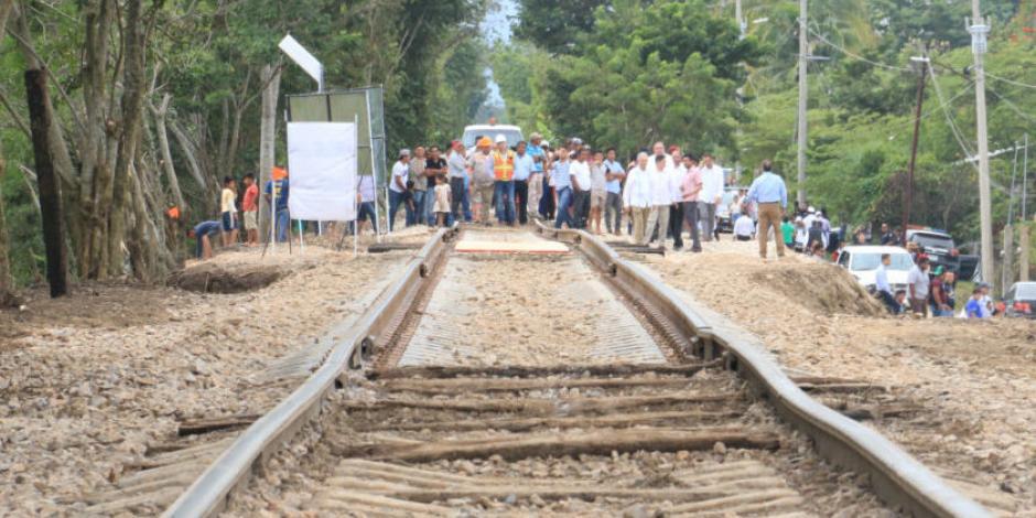 Tren embiste a camión y se incendia en Veracruz