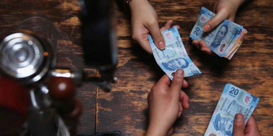 Peso pierde 1.29%; dólar cotiza en $24.37 por unidad en bancos