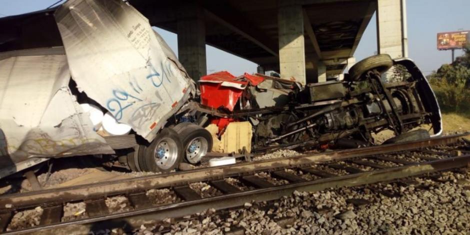 En Ecatepec, tren embiste a tráiler que intentó ganar el paso