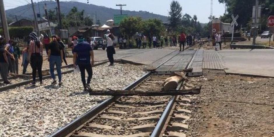 Tras 6 horas de bloqueo, retiran a normalistas de vía férrea en Uruapan