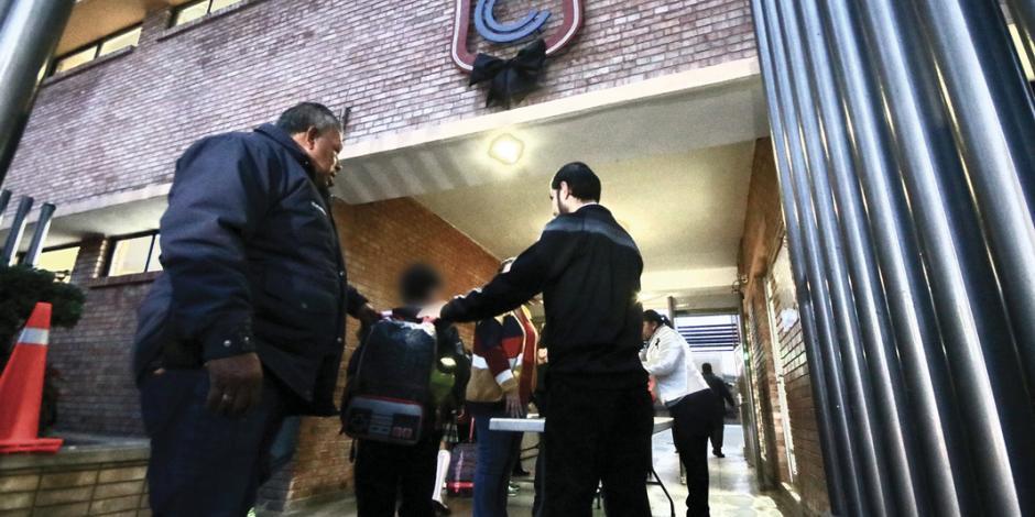 Con detectores de metales vuelven a clases en colegio de Torreón