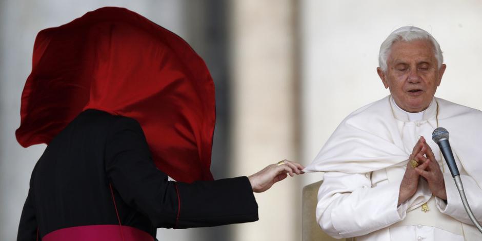En biografía, Benedicto condena la unión gay
