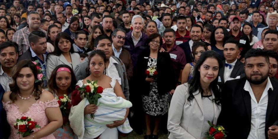 Alfredo Del Mazo atestigua boda colectiva de 130 parejas mexiquenses