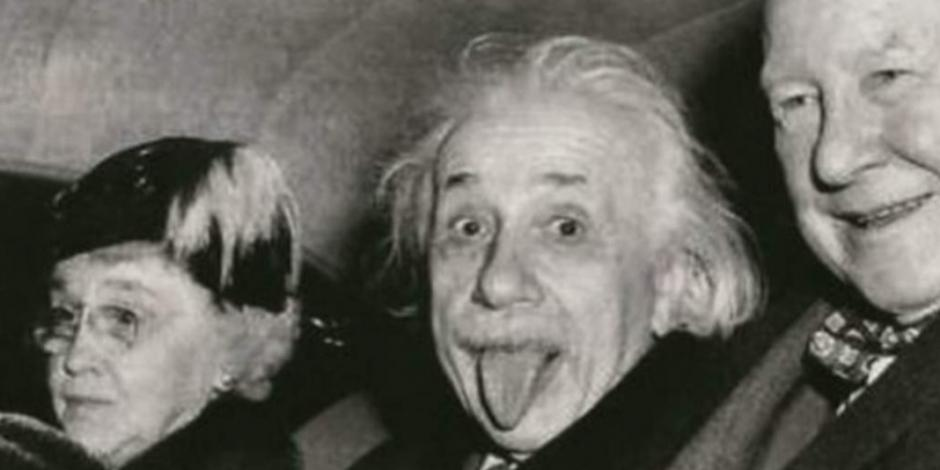 Subastan copia de la célebre foto de Albert Einstein sacando la lengua