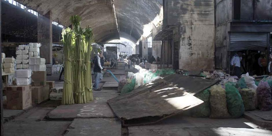 A demolición, la nave mayor del histórico mercado de La Merced
