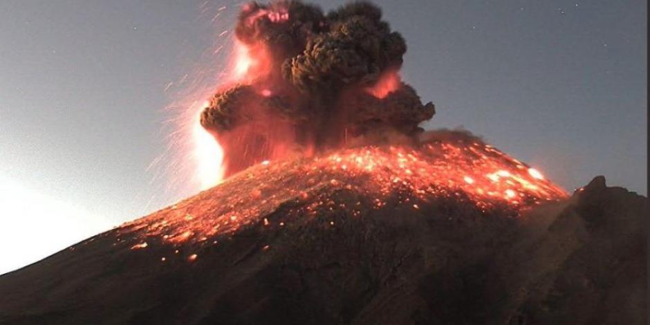 Captan colores espectaculares en volcán Popocatépetl tras explosión