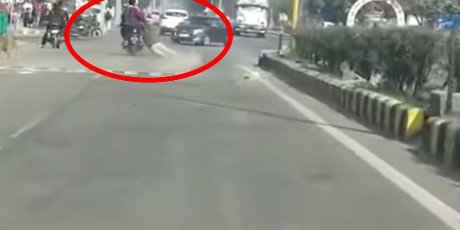 Motociclistas se niegan a detenerse y arrastran a policía en la carretera (VIDEO)
