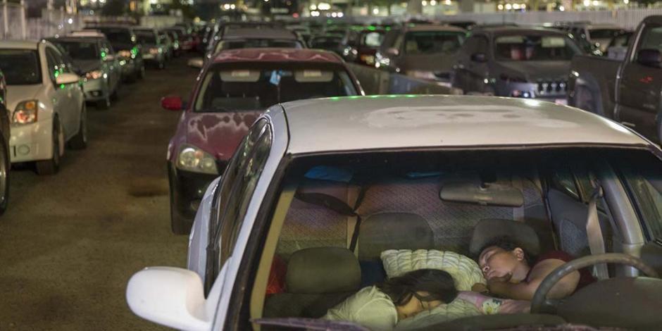 Duermen en sus autos para ser de los primeros en cruzar la frontera