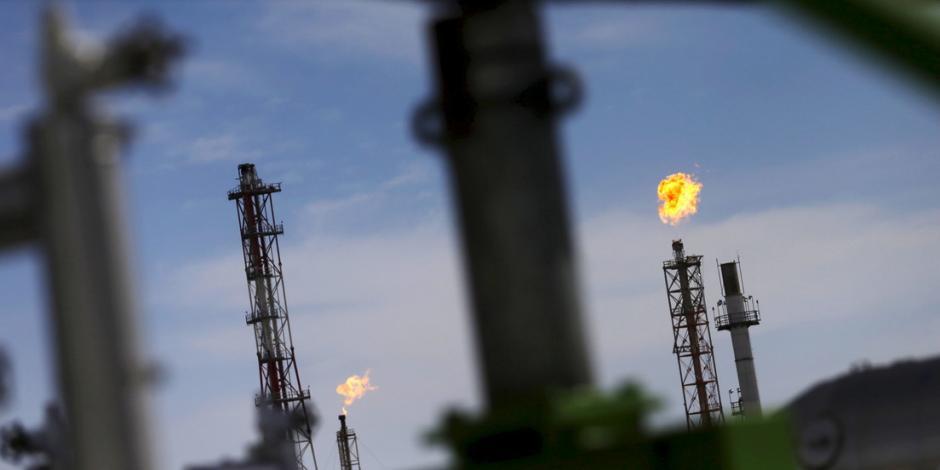 Precio del petróleo cae 40%; cotiza en menos de 11 dólares por barril
