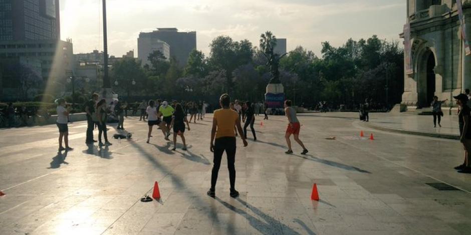 Mujeres toman el espacio público con reta de futbol en Bellas Artes