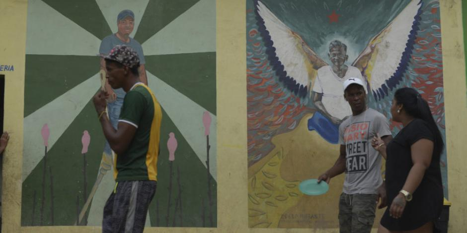 Improvisan albergue para migrantes en arena metropolitana de Chiapas