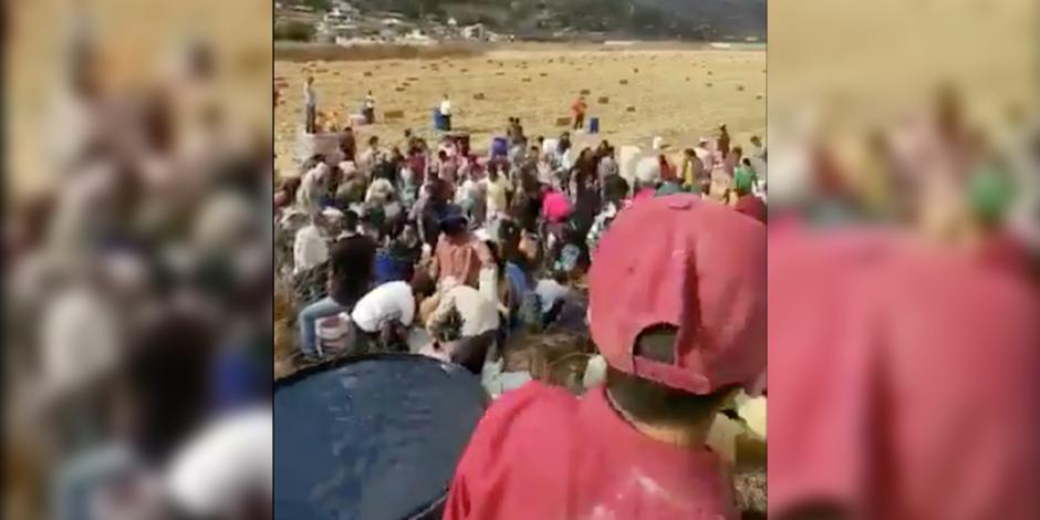 VIDEO: Con cubetas, pobladores de Acambay ordeñan ducto de Pemex