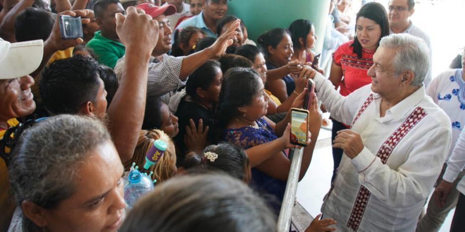 Ordena AMLO al IMSS subir de inmediato sueldos de médicos en zonas rurales