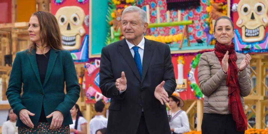 AMLO y Sheinbaum inauguran en el Zócalo megaofrenda por Día de Muertos