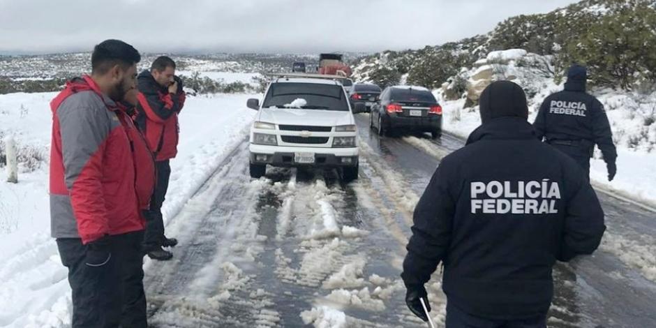 Rescatan en BC a 11 personas varadas por nevada