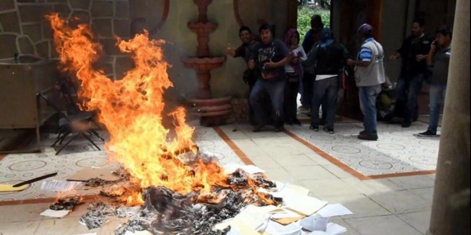 Maestros de la CETEG vandalizan oficinas de Educación en Chilpancingo