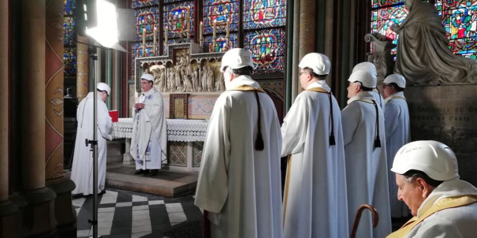 Realizan primera misa en Notre Dame tras incendio