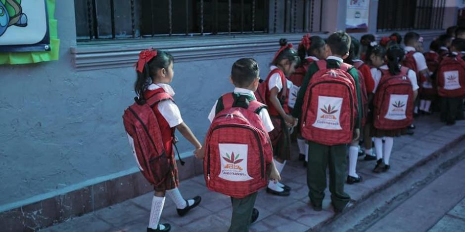 Equipan a 30 mil escolares con mochilas en Cuernavaca