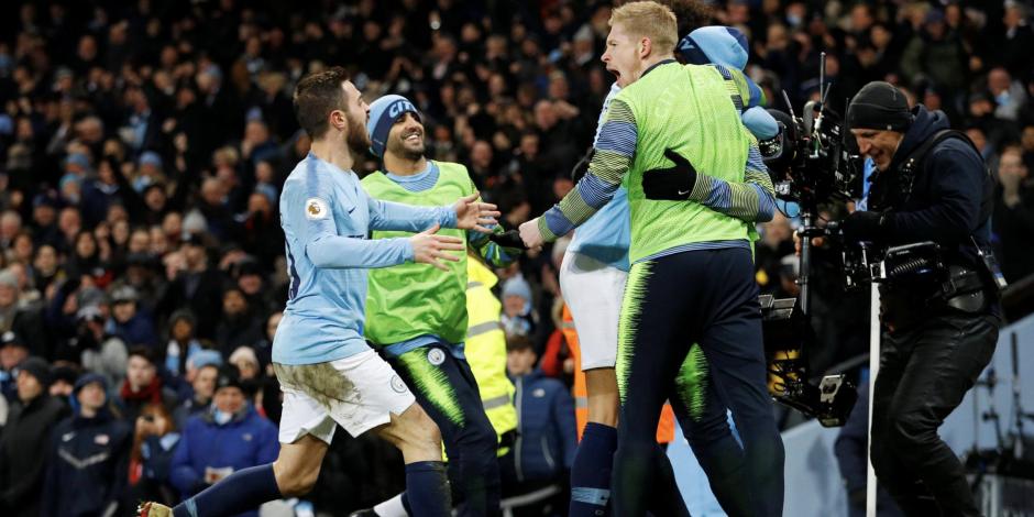 Manchester vence al Liverpool y recorta distancias en la Premier League