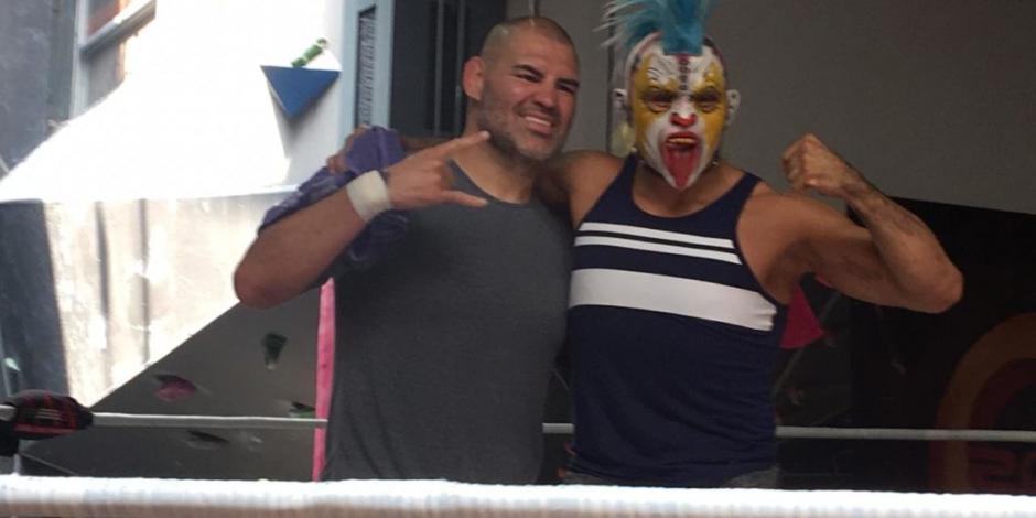 En tres días, Caín Velásquez debuta en la lucha libre