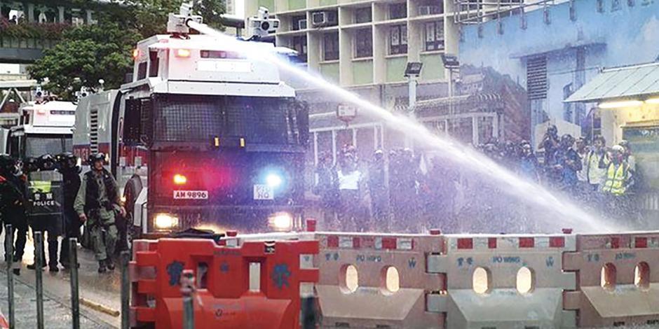 Litros de agua a presión para reprimir protestas