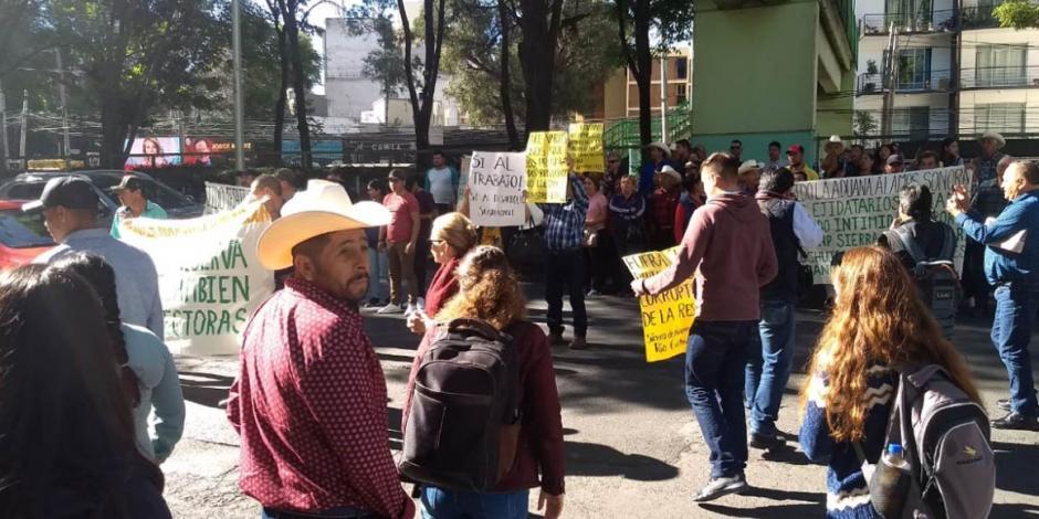 Campesinos protestan en Semarnat y cierran Av. Ejército Nacional