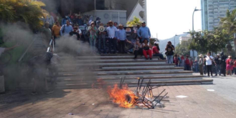 VIDEO: Maestros de la CETEG vandalizan oficinas de Finanzas de Acapulco