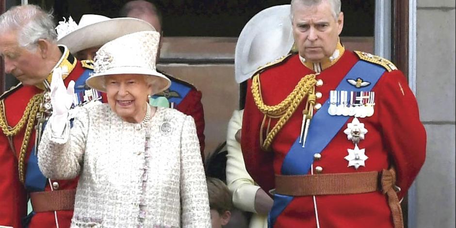 Hijo de Isabel II ligado a pedófilo deja su función