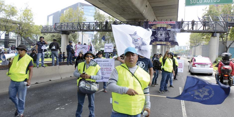 Policías bloquean Periférico; rechazan adhesión a la GN
