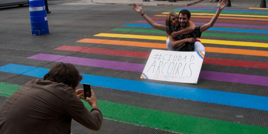 Pintan paso peatonal en CDMX con colores de bandera LGBTTTI