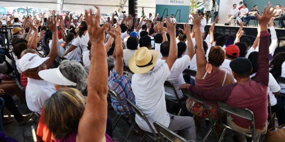Ante rechiflas, AMLO realiza consulta exprés en Campeche