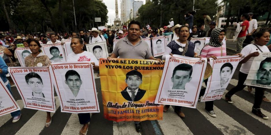 Expertos del GIEI analizan celulares por desaparición de alumnos de Ayotzinapa