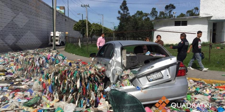Vuelca tráiler con carga de PET en Toluca, deja un muerto