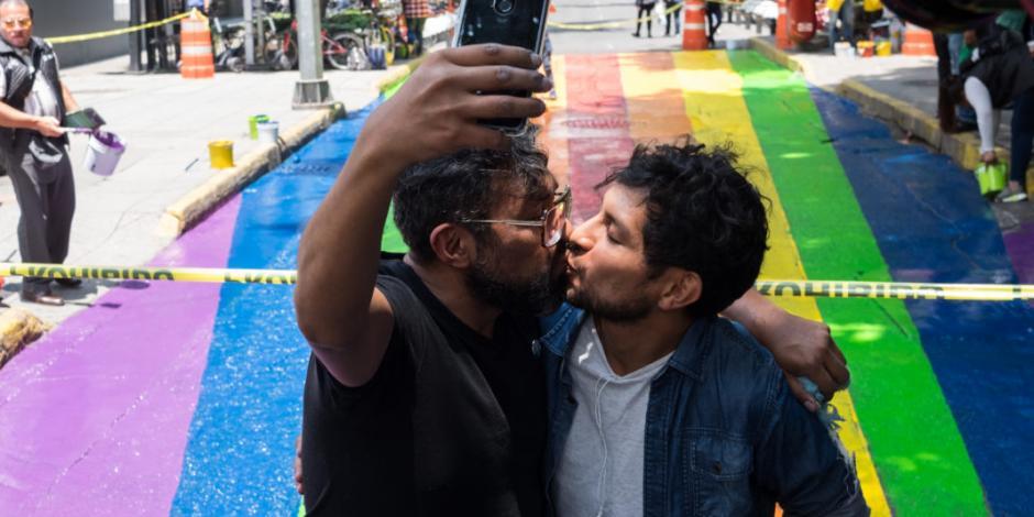 Pintan arcoíris de la diversidad en vísperas de la marcha LGBT+