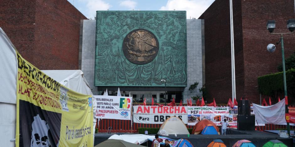 Campesinos en plantón amagan con protestar en el Zócalo durante desfile