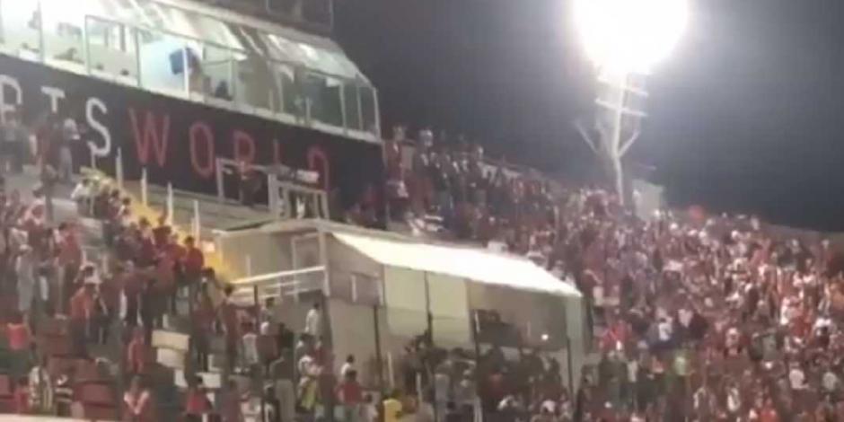 VIDEO: Aficionados agreden palco de Fidel Kuri