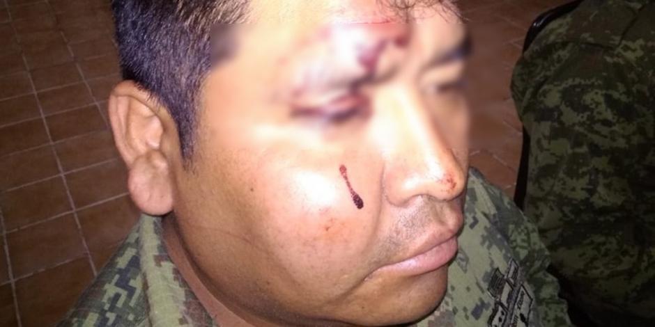 Multitud que saqueaba tren agrede a militares en San Juan del Río