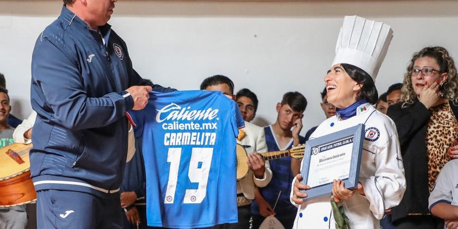 Cruz Azul despide a Carmelita, quien durante 19 años fue chef del equipo