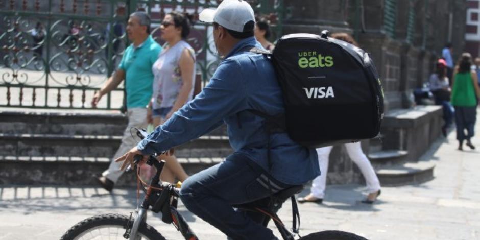 A repartidores vía app les cobran impuestos; no les dan prestaciones
