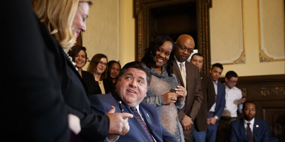 Gobernador de Illinois firma orden para proteger a inmigrantes