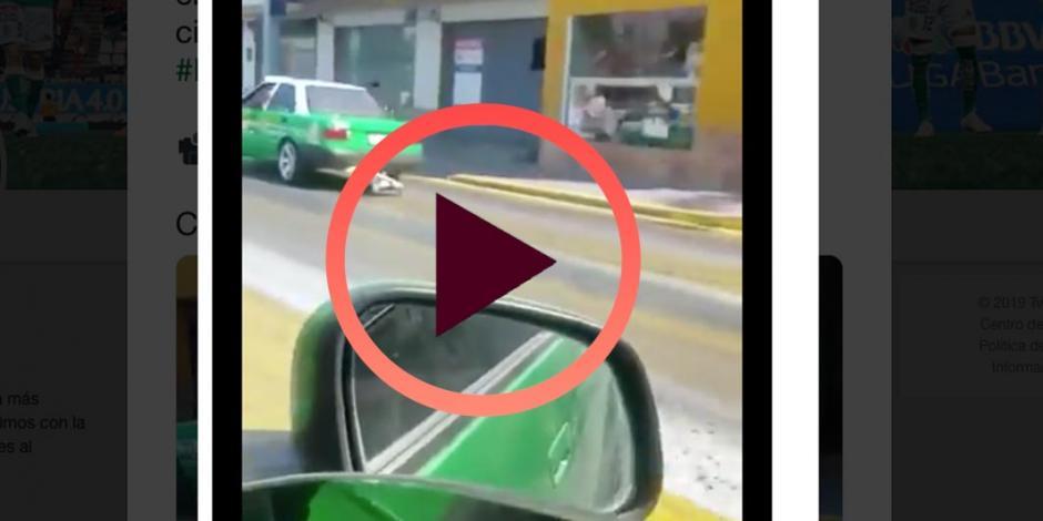 Taxi en León usa playera del América para trapear la Ciudad