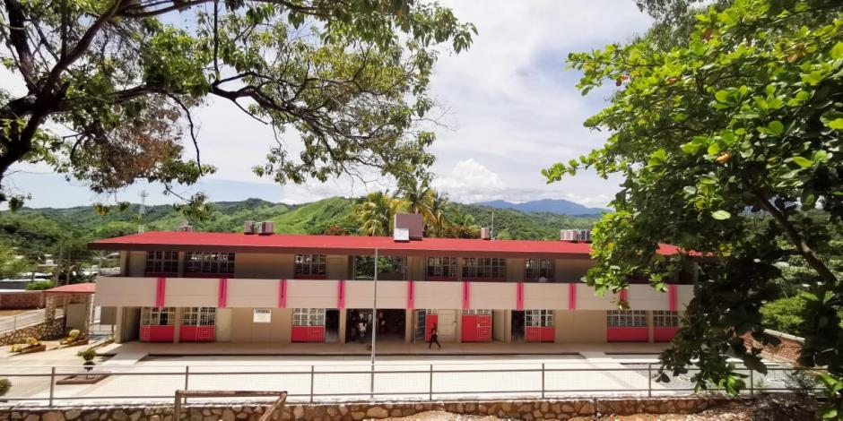 Hector Astudillo entrega planteles escolares en Acapulco