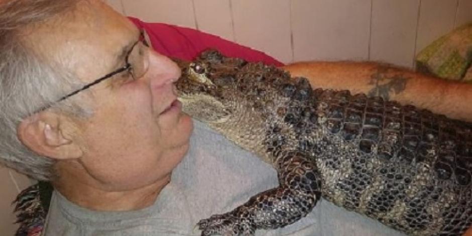 Hombre usa caimán rescatado como reemplazo de antidepresivos